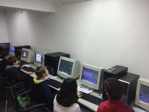 Alumnos haciendo construcciones en minecraft