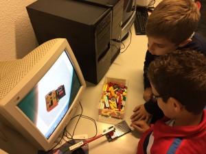 Alumnos construyendo con LEGO y el robot EDISON
